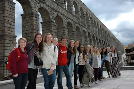 Hanover students in front of the Roman aquaduct  in Segovia, Spain, spring term 2016